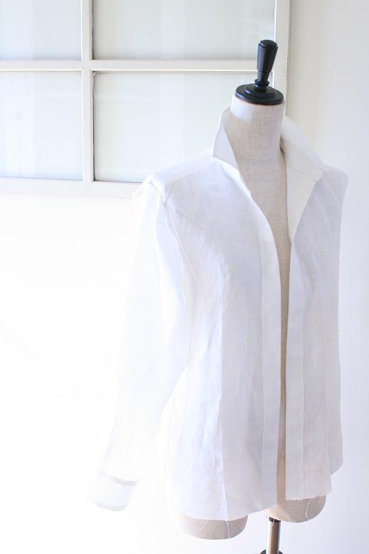 白リネンのシャツ