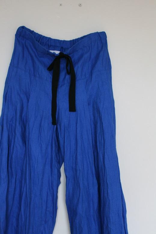 青のリネンタックパンツ。